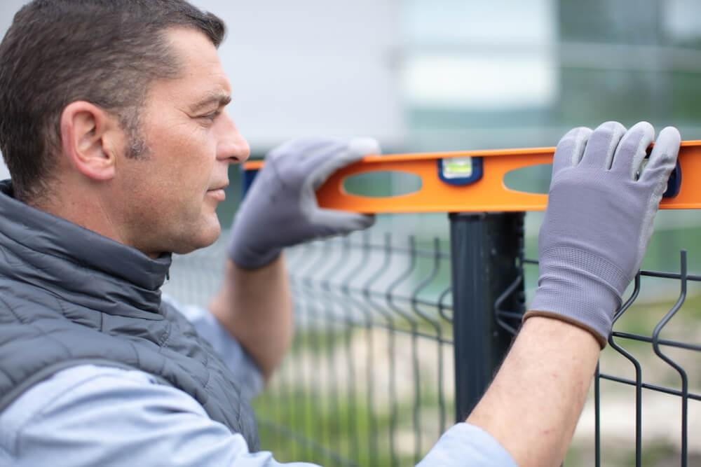 Montaż ogrodzenia panelowego – sprawdzanie poziomu