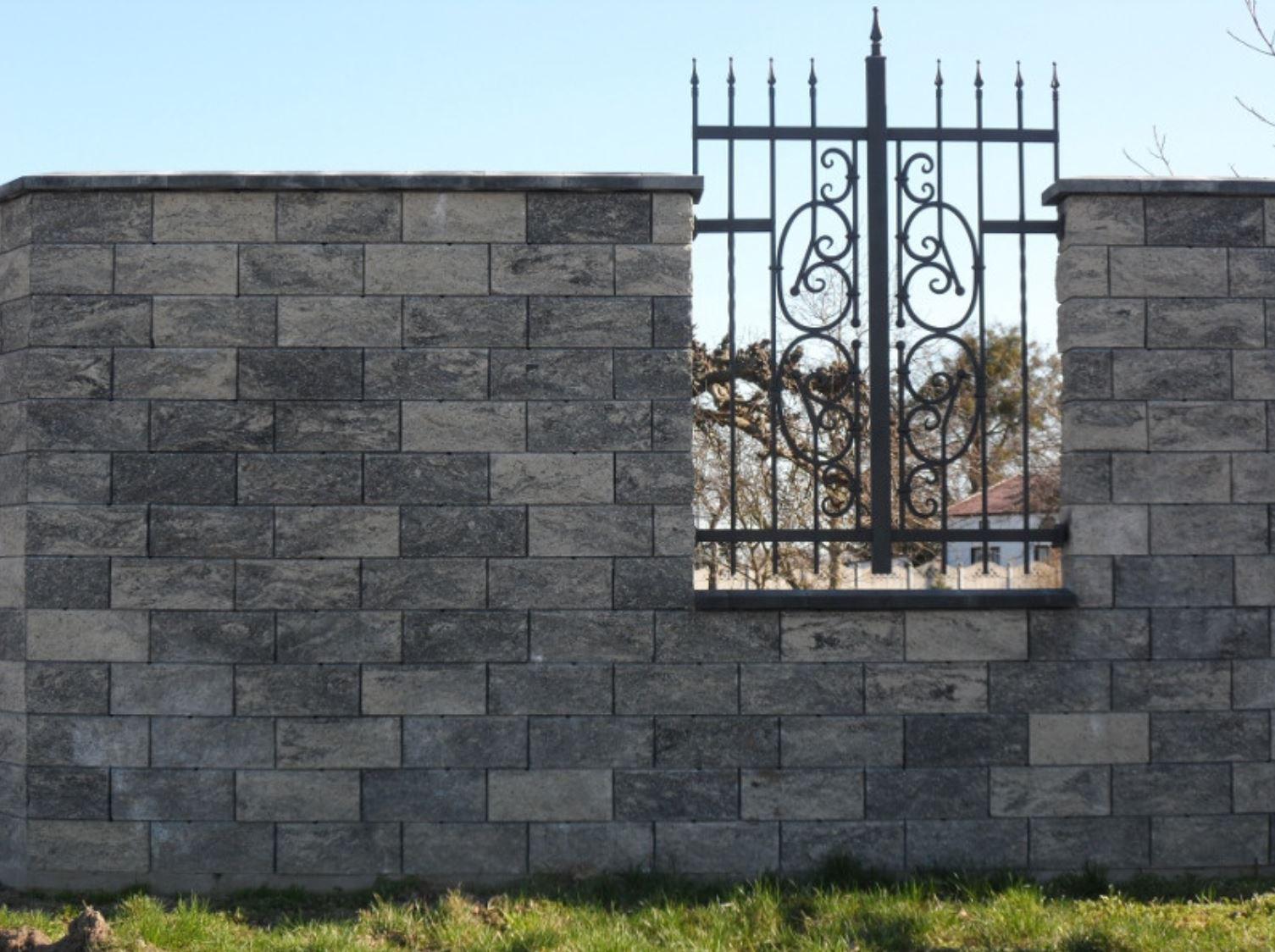 Pełne ogrodzenie z pustaków łupanych imitujących granit - betto.pl
