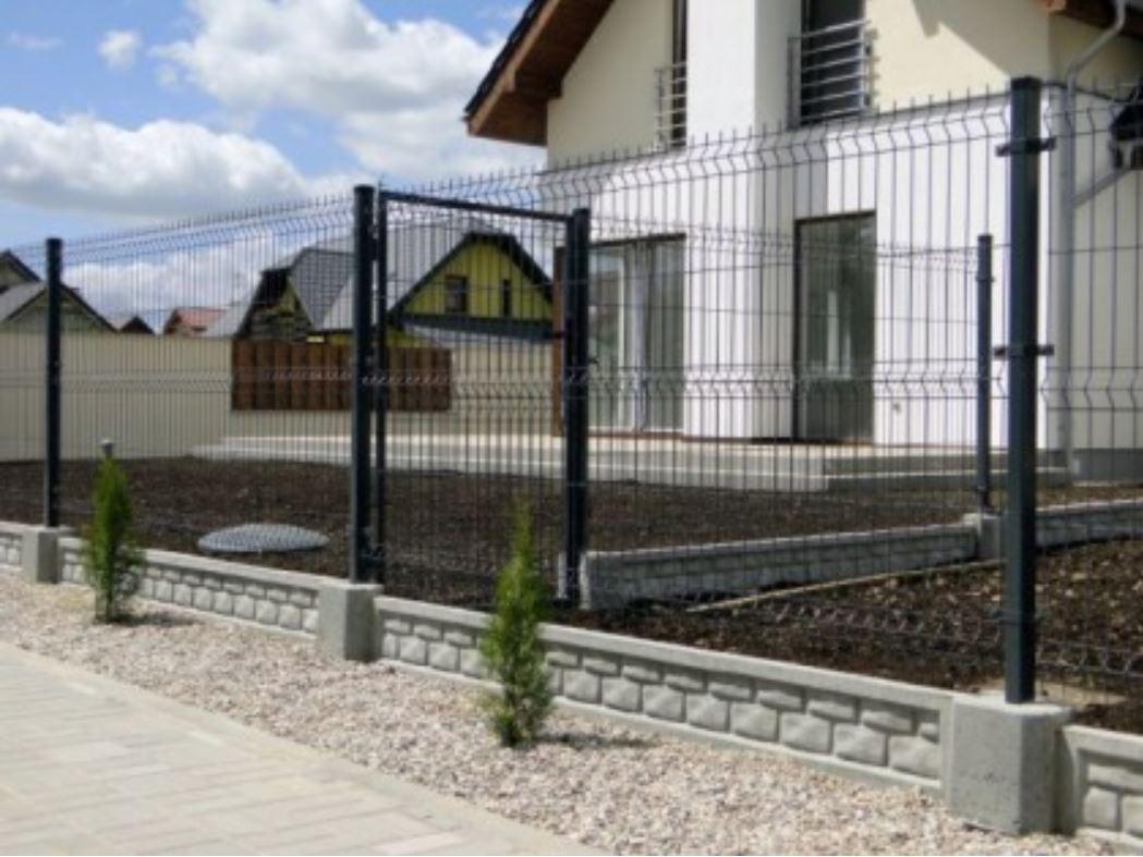 Podmurówka z płyty betonowej pod ogrodzeniem panelowym - betto.pl