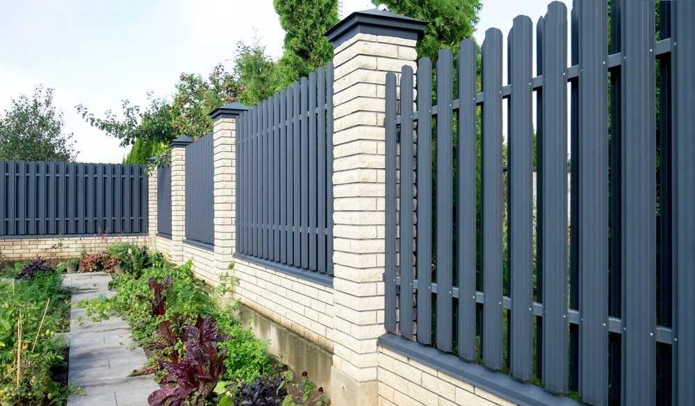Nowoczesne ogrodzenie metalowe z podmurówką