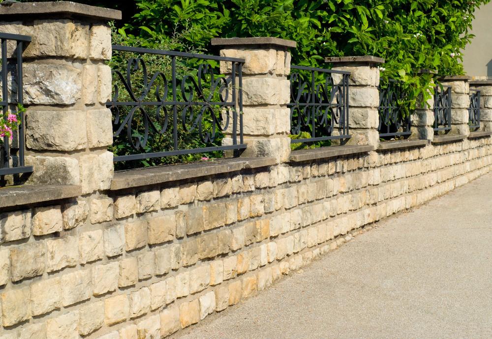 Ogrodzenie łupane betonowe z drewnianymi przęsłami i metalową bramą - Betto.pl