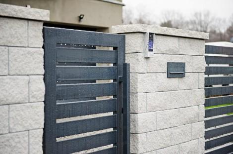Ogrodzenie łupane z nowoczesną bramą i furtką